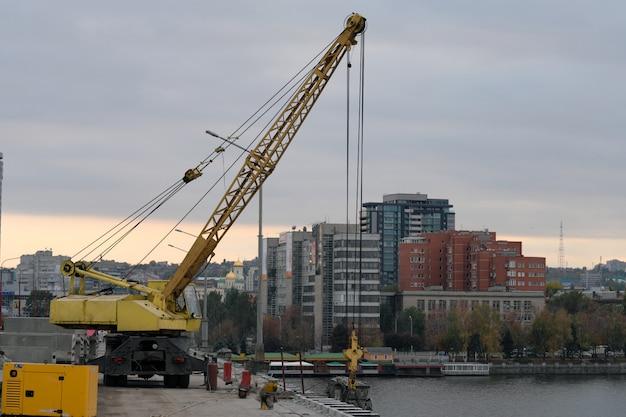 Construção e reparação da ponte. equipamento de elevação.