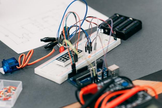 Construção eletrônica com diagrama de fiação