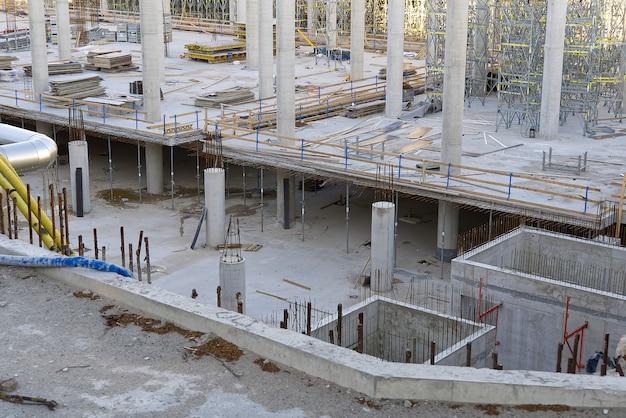 Construção em concreto de um edifício comercial com estacionamento subterrâneo.
