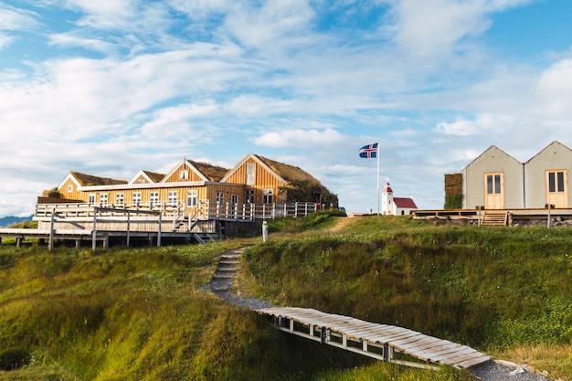 Construção em madeira de um acampamento na islândia com uma bandeira e uma igreja