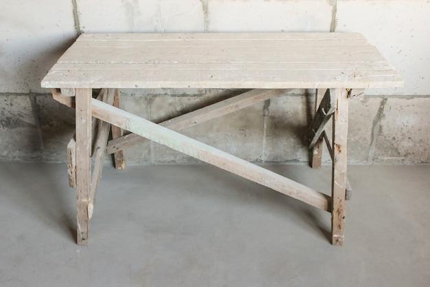 Construção em madeira para reparar as instalações em altura
