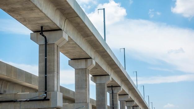 Construção ferroviária com céu azul