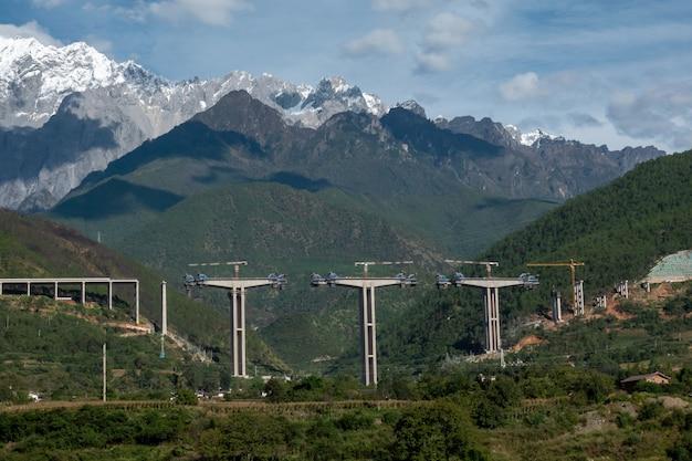 Construção ferroviária com montanhas