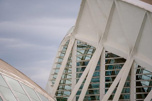 Construção futurista de aço e concreto.