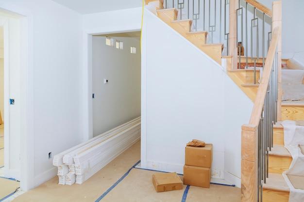 Construção interior de casa nova marca com piso de madeira inacabado.