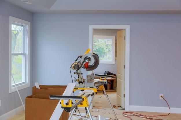 Construção interior do projeto habitacional com porta instalada para uma nova casa antes de instalar