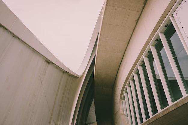 Construção moderna de estilo simples e minimalista, com cores desbotadas