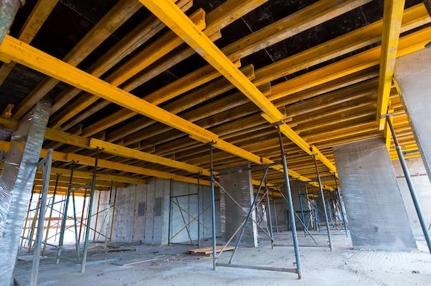 Construção monolítica paredes de concreto com reforço de uma nova casa em construção