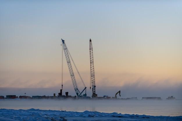 Construção obras marítimas offshore. construção de barragem, guindaste, barcaça, draga. construção do quebra-mar.