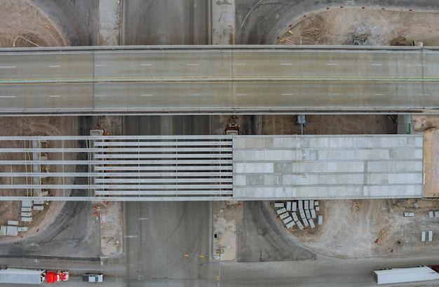 Construção para renovar danos em pilares de ponte de concreto de uma estrada em reforma em um moderno intercâmbio rodoviário nos eua