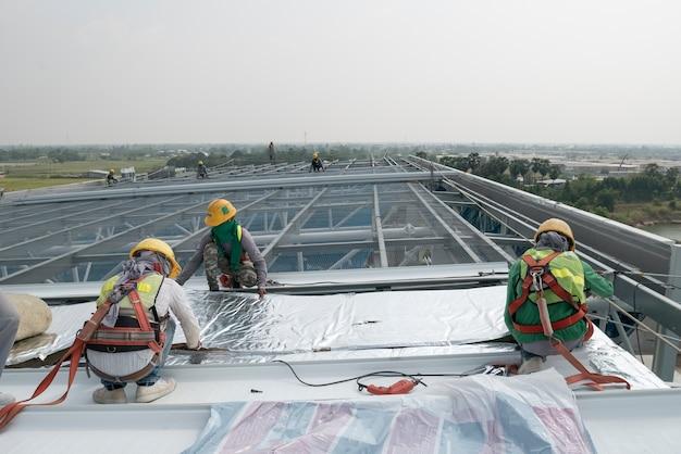 Construção, trabalhador, desgastar, cinto segurança, e, segurança, linha, trabalhando, ligado, um, metal, indústria, roo