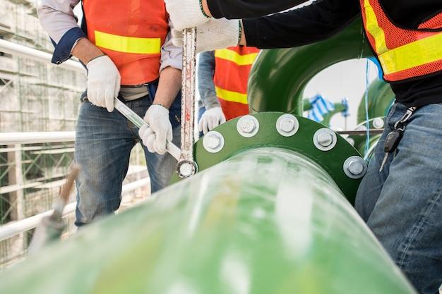 Construção, trabalhador, uso, engenharia, equipamento, junção comum, aço, encanamento, trabalho