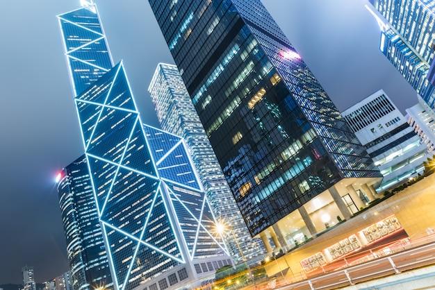 Construção urbana de hong kong e veículos rodoviários, visão noturna