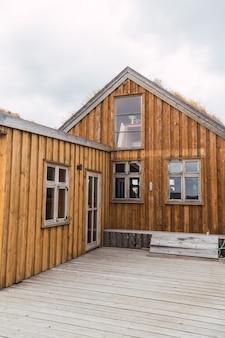 Construções de madeira de um acampamento na islândia