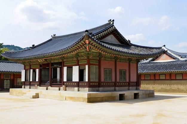 Construções históricas no palácio de gyeongbok em seoul, coreia do sul.