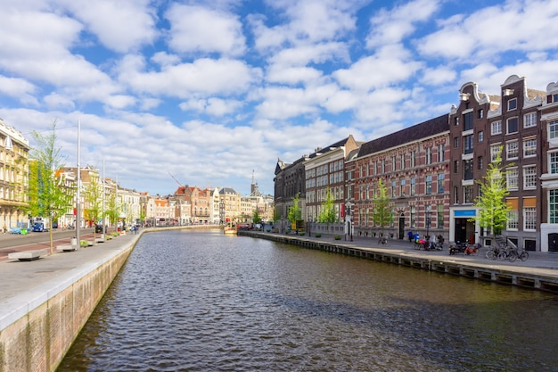 Construções velhas tradicionais coloridas no dia do sol em amsterdão, países baixos