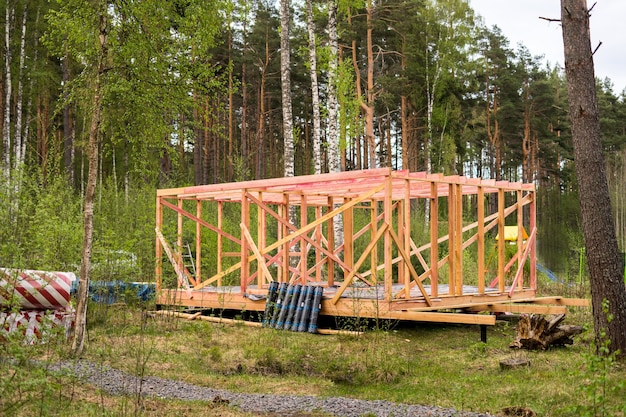 Construindo casa na floresta de forma isolada