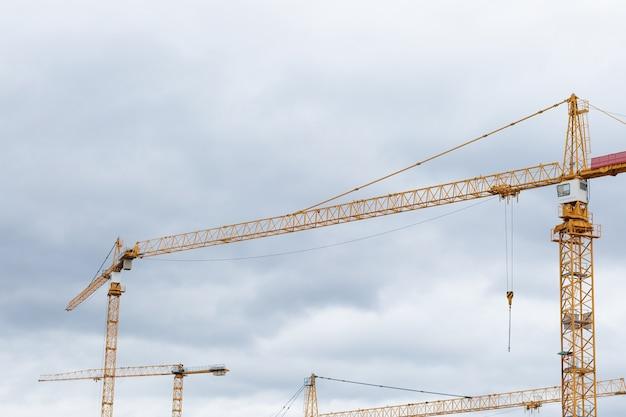 Construindo guindastes de construção contra o céu
