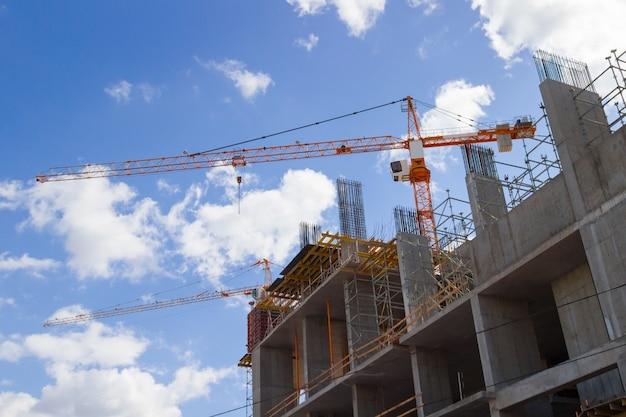 Construindo guindastes e edifícios no céu