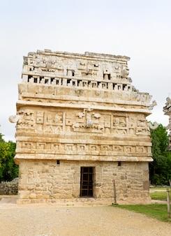 Construindo la iglesia no lado direito na antiga cidade maia chichen itza, méxico.