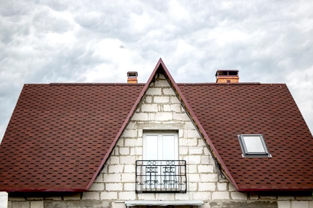 Construindo uma casa com blocos de gassilicato brancos com telhado macio