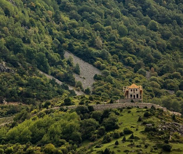 Construindo uma casa no alto das montanhas