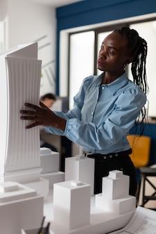 Construtor afro-americano de arquitetura em trabalho de designer