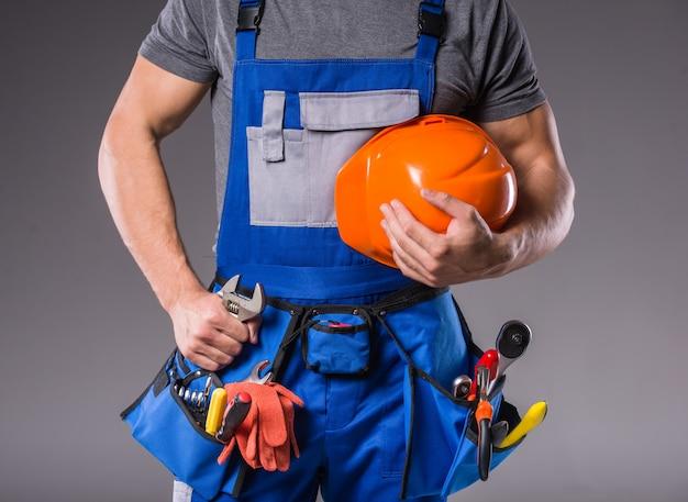Construtor com ferramentas na mão para construir