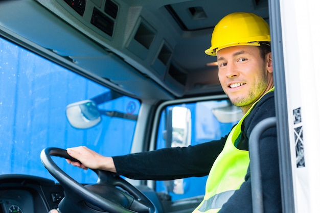 Construtor dirigindo com caminhão de canteiro de obras