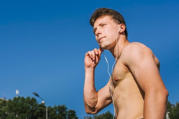 Construtor do corpo ouvindo música