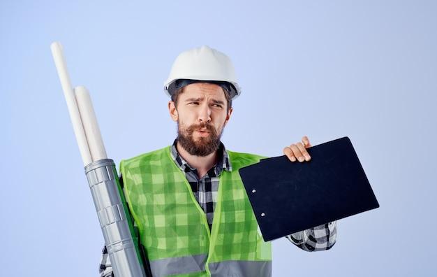 Construtor masculino em colete verde branco blueprints profissão de engenheiro