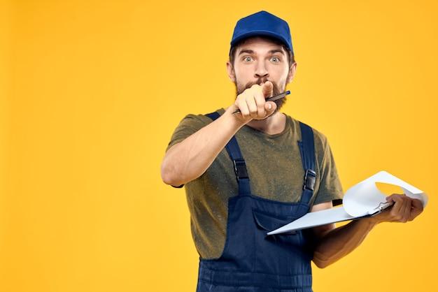Construtor masculino em construtor de roupas especiais e reparação de chamadas