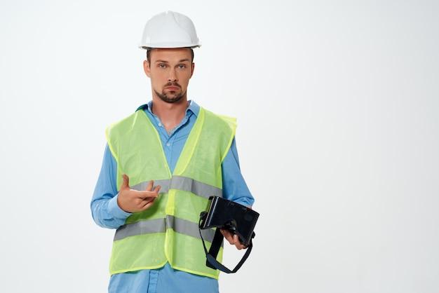 Construtor masculino em um colete de construção, trabalhando em um estúdio de emoções, posando