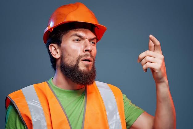 Construtor masculino, profissão difícil, engenheiro de construção closeup