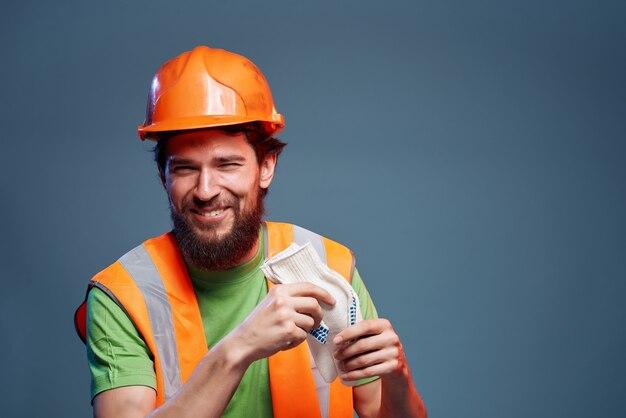 Construtor masculino que trabalha a profissão uniforme de proteção da indústria de fundo isolado