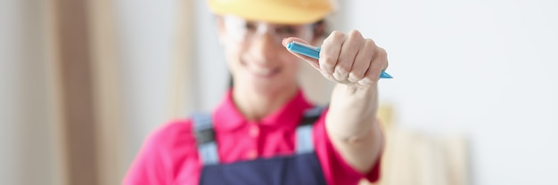 Construtor mestre sorridente segurando caneta e prancheta