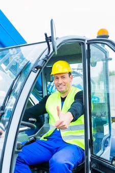 Construtor ou motorista dirigindo escavadeira em construção ou canteiro de obras