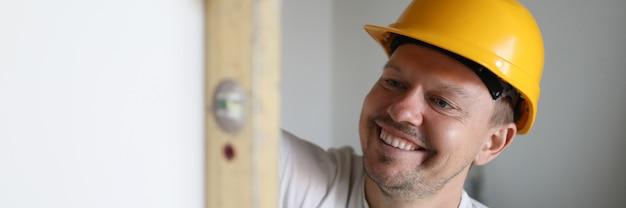 Construtor segurando a ferramenta de construção.