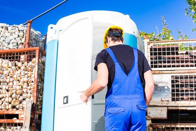 Construtor usando toalete móvel no site