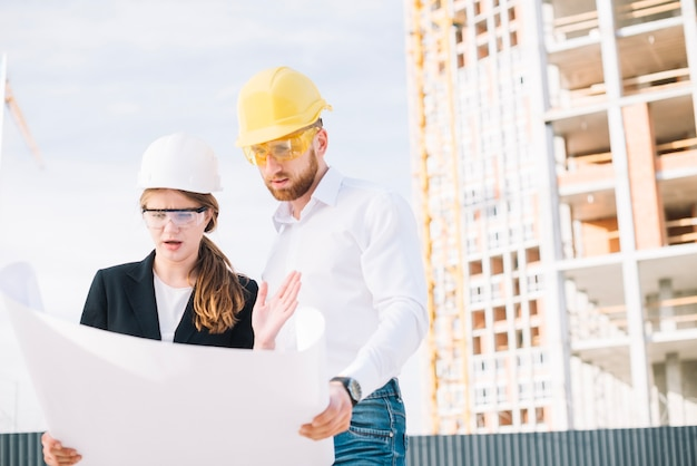 Construtores chocados olhando o rascunho