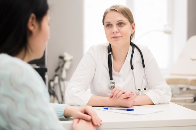 Consulta com médico e paciente