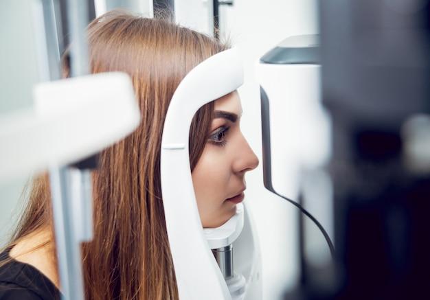 Consulta com um oftalmologista. equipamento médico. coreometria.