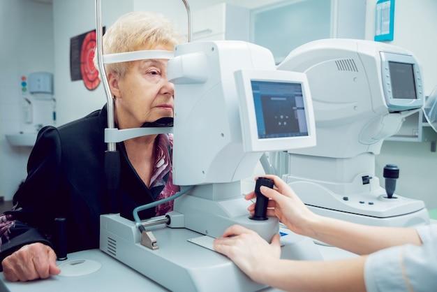 Consulta com um oftalmologista. equipamento médico.