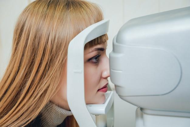 Consulta com um oftalmologista. exame oftalmológico na clínica.