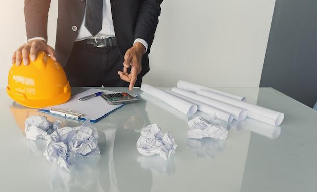 Consulta de engenharia de homem de negócios asiático