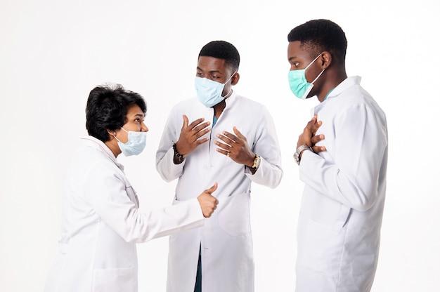 Consulta de médicos que discutem o diagnóstico. médicos em um branco