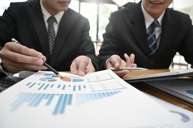 Consulta de negócios, empresário, trabalhando com o documento de finanças e tablet com reunião e planejamento.
