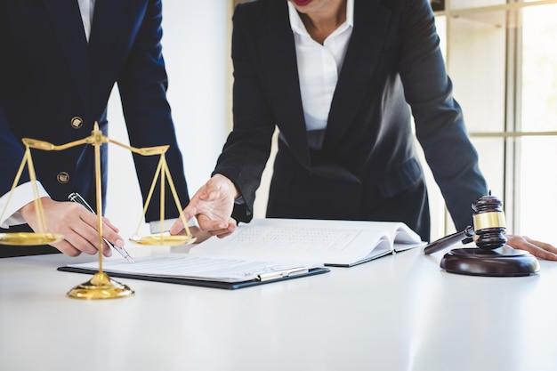 Consulta e conferência de advogadas profissionais trabalhando no escritório de advocacia em