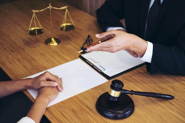 Consulta entre um advogado masculino e um cliente de pessoas de negócios