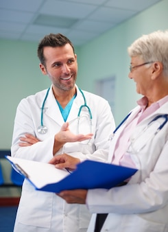 Consulta médica de dois médicos profissionais